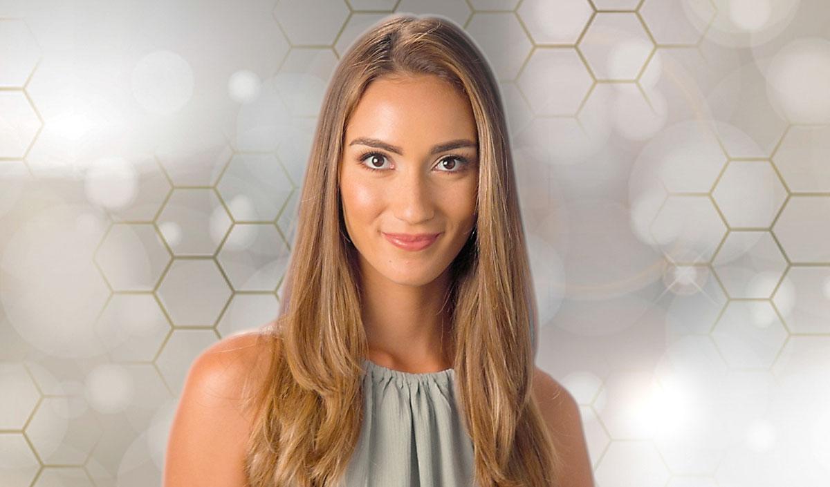 Mujer con cabello brillante y liso