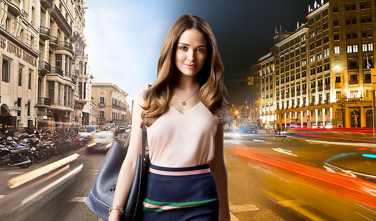 Mujer con cabello rizado en fondo de ciudad de dia y noche