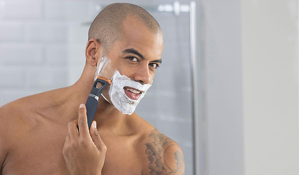 Hombre afeitandose con recortador de barba Durablade en la ducha