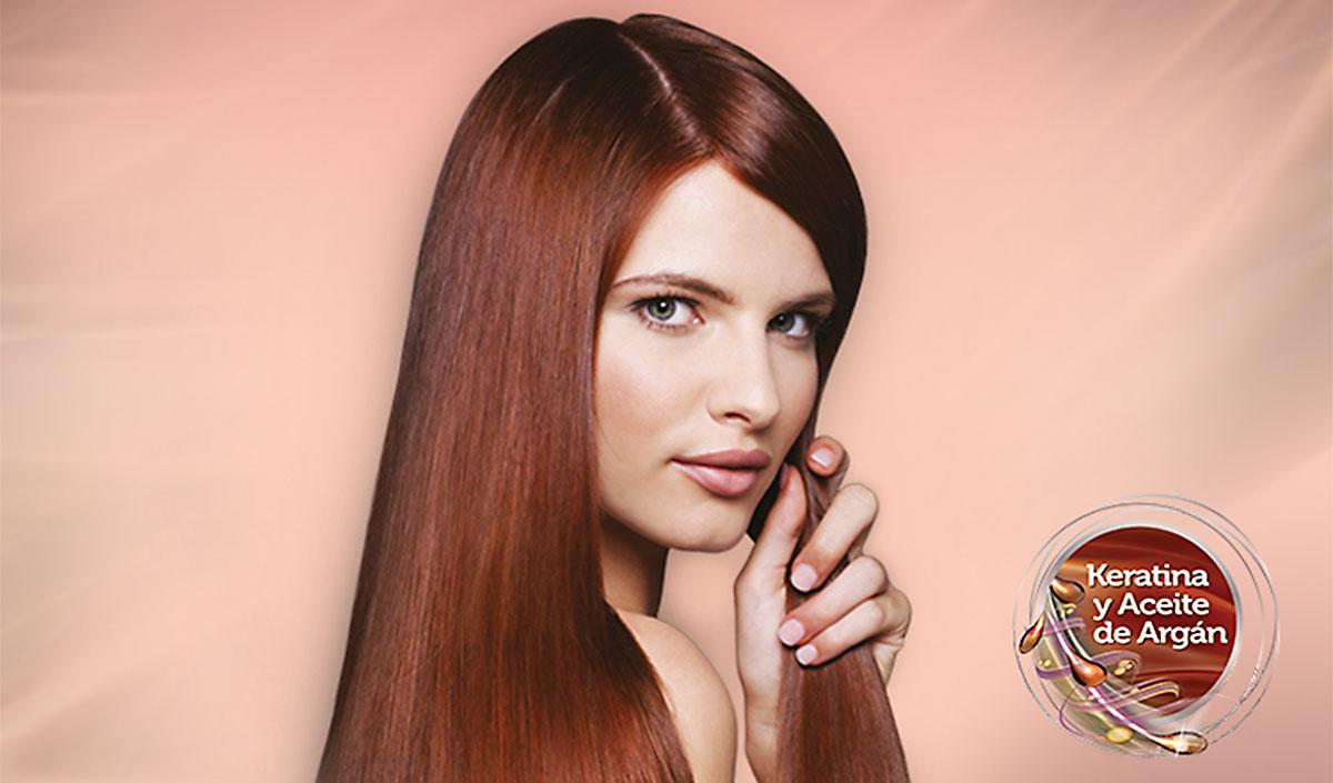 Mujer pelirroja con cabello liso y brillante, sobre fondo anaranjado